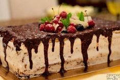 Bolo de Chocolate e Frutos Vermelhos com Ferrero Rocher