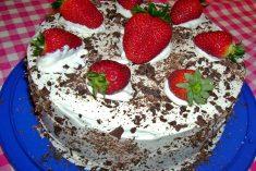 O melhor bolo de chocolate e morangos do mundo