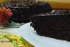 Bolo de chocolate de microondas com calda