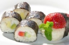 Sushi doce de frutas